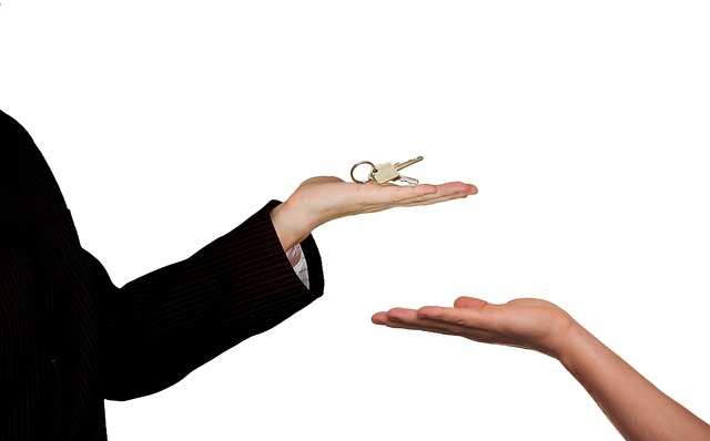 Dve ruke, ključevi.