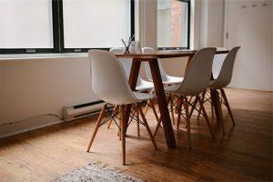 sto i stolice u stanu