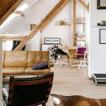 Lepo osvetljeno potkrovlje koje pokazuje da bi trebalo da preselite spavaću sobu u potkrovlje kuće